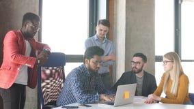 Le groupe des jeunes dans le bureau moderne ont l'examen d'un nouveau projet clips vidéos