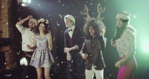 Le groupe des jeunes dansant la nouvelle année font la fête banque de vidéos