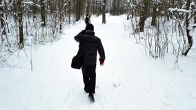 Le groupe des jeunes marche le long de la traînée du ` s de forêt banque de vidéos