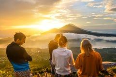 Le groupe des jeunes observent l'aube Photo libre de droits