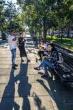 Le groupe des jeunes prend un petit déjeuner et un café de matin Photographie stock libre de droits