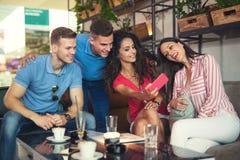 Le groupe des jeunes se réunissant dans un café font le selfie Image libre de droits