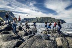 Le groupe des jeunes voyage autour de la Norvège Images libres de droits