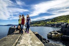 Le groupe des jeunes voyage autour de la Norvège Photo stock