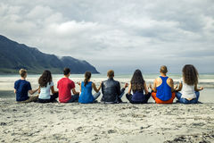 Le groupe des jeunes voyage autour de la Norvège Photographie stock libre de droits