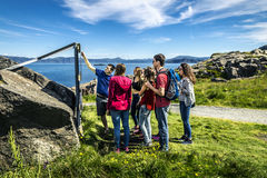 Le groupe des jeunes voyage autour de la Norvège Image stock