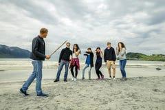 Le groupe des jeunes voyage autour de la Norvège Photographie stock
