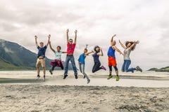Le groupe des jeunes voyage autour de la Norvège Photos stock