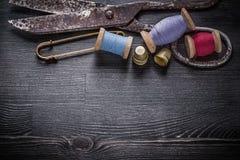 Le groupe du fil de ciseaux de vintage bobine des dés Image libre de droits