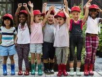 Le groupe du jardin d'enfants badine de petits agriculteurs apprenant le jardinage Images libres de droits