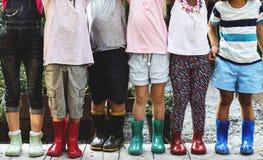 Le groupe du jardin d'enfants badine de petits agriculteurs apprenant le jardinage Images stock