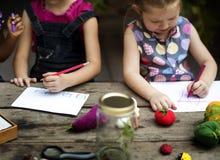 Le groupe du jardin d'enfants badine des amis dessinant l'art d'imagination sur le Th Photographie stock libre de droits