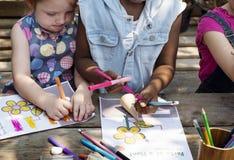 Le groupe du jardin d'enfants badine des amis dessinant la classe d'art dehors Photographie stock libre de droits