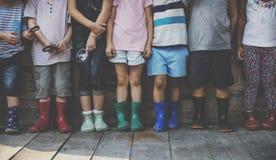 Le groupe du jardin d'enfants badine des amis tenant la loupe pour Image stock