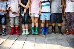 Le groupe du jardin d'enfants badine des amis tenant la loupe pour Images libres de droits