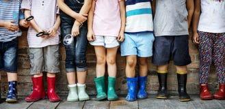 Le groupe du jardin d'enfants badine des amis tenant la loupe pour Images stock