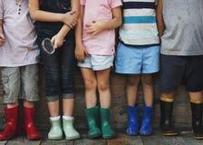 Le groupe du jardin d'enfants badine des amis tenant la loupe pour Photo libre de droits