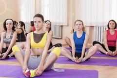 Le groupe du sport caucasien femelle Athelets ayant à l'intérieur folâtrent la formation Photos stock