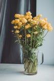 Le groupe frais d'été jaune fleurit dans le vase en verre sur un fond blanc de rebord de fenêtre Décor rustique à la maison confo Images stock