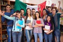 Le groupe gai d'étudiants présentent le pays italien avec le drapeau Photographie stock libre de droits