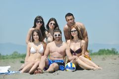 Le groupe heureux de gens ont l'amusement et le fonctionnement sur la plage Photo libre de droits