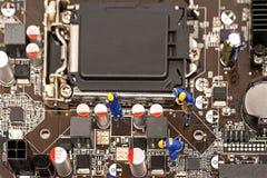 Le groupe miniature machine inspecter le processeur d'ordinateur avec la puce et la réparation photographie stock libre de droits
