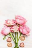 Le groupe rose de roses avec le coeur de chocolat et le message signent avec amour et pour vous, vue supérieure Photographie stock