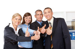 Le groupe réussi d'affaires manie maladroitement vers le haut Image stock