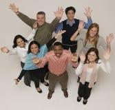 Le groupe éthniquement divers remet vers le haut d'heureux Photo libre de droits
