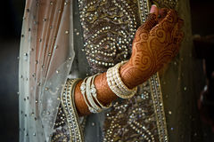 Le groupe a tiré du henné sur la mariée indienne Photographie stock libre de droits