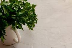 Le groupe vert frais de persil dans un pot, préparent pour la cuisson photographie stock