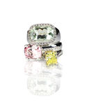 Le groupement de trois a coloré des bagues à diamant de pierre gemme empilées Photo libre de droits