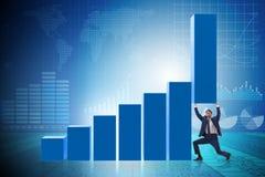 Le growtn de soutien d'homme d'affaires dans l'économie sur le graphique de diagramme photographie stock libre de droits