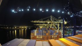 Le gru automatiche scaricano i contenitori pesanti da una nave da carico nel porto nel lasso di tempo 4k video d archivio