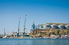 Le gru nel carico port nella baia di Sebastopoli Immagine Stock