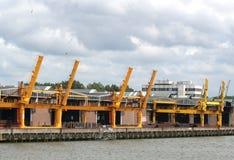 Le gru stanno funzionando nel porto di Rotterdam Immagine Stock Libera da Diritti