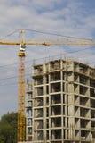 Le gru a torre sulla costruzione del palazzo multipiano si dirige Fotografie Stock Libere da Diritti