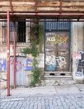Le grunge a abandonné la porte en métal et le windoe avec les peintures aléatoires, Istanbul Images libres de droits