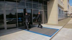 Le guardie del corpo accompagnano la persona protetta all'edificio per uffici di Tatneft archivi video