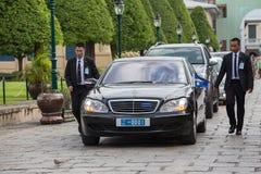 Le guardie del corpo proteggono l'automobile dello stato, che si muove nel grande palazzo a Bangkok thailand fotografia stock libera da diritti