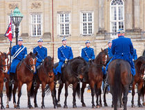 Le guardie reali durante la guardia Changing Ceremony al palazzo di Amalienborg Fotografia Stock