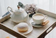 Le guarnizioni di gomma piuma sul piatto su woode imbarcano con caffè caldo per la prima colazione Immagine Stock Libera da Diritti