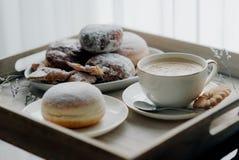 Le guarnizioni di gomma piuma sul piatto su woode imbarcano con caffè caldo per la prima colazione Fotografia Stock