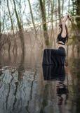 Le guerrier de femme tenant Katana Sword dans le lac Mustic arrose Photos stock