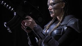 Le guerrier féminin étranger vise avec une arme à feu, 4k, fond noir banque de vidéos