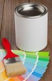 Le guide de nuancier avec la brosse et la peinture bucket Images stock