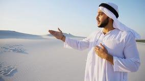 Le guide masculin arabe attrayant parle du pour du déplacement et du l photos stock