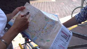 Le guide touristique montre des vues sur la carte de touristes à Nice clips vidéos
