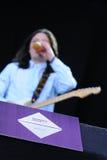 Le guitariste de la bande de paix boit d'une bière au festival 2013 de bruit de Heineken Primavera Photos libres de droits