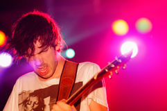 Le guitariste de la révélation de boîte noire (bande) exécute au clinquant de discothèque image libre de droits